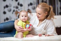 Мать с его игрой девушки ребенка совместно Стоковая Фотография
