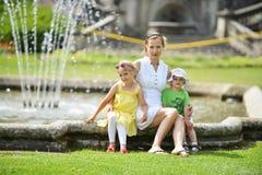 Мать с ее детьми стоковая фотография rf