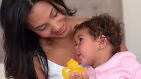 Мать с ее милый играть младенца сток-видео