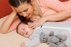 Мать с ее младенцем Стоковые Изображения RF