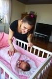 Мать с ее новорожденным ребенком стоковая фотография rf