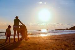 Мать с ее дочерью и младенцем на песчаном пляже Стоковые Изображения