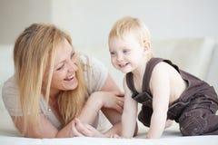 Мать с ее ребенком Стоковые Изображения