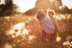 Мать с ее сыном и дочерью на руках пшеничное поле Стоковое Изображение
