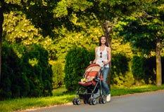 Мать с летом детской дорожной коляски внешним Стоковая Фотография