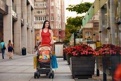 Мать с детской дорожной коляской стоковое изображение rf