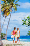Мать с 2 детьми на тропическом пляже Стоковые Фотографии RF