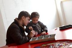 Мать с игрой сына с комплектом конструкции Стоковая Фотография RF