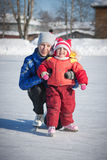 Мать с коньками младенца. стоковое изображение