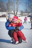 Мать с коньками младенца. стоковое фото rf