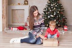 Мать с малой рождественской елкой подарков оформления рождества ребенка Стоковая Фотография