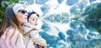 Мать с маленькой дочерью на отключении Стоковое Изображение RF