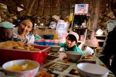 Мать с малыми детьми внутри дома yourt  стоковая фотография