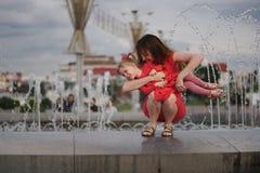 Мать с милой дочерью на фонтане Стоковое Изображение