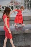 Мать с милой дочерью на фонтане Стоковое фото RF