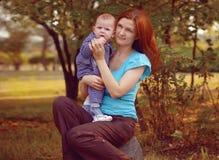 Мать с младенцем в парке стоковые изображения rf