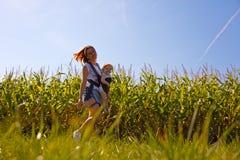 Мать с младенцем на кукурузном поле Стоковое Изображение RF
