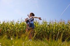Мать с младенцем на кукурузном поле Стоковое фото RF