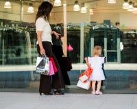 Мать с младенцем на окне магазина Стоковые Изображения RF
