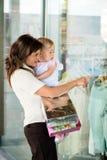Мать с младенцем на окне магазина Стоковое Изображение RF
