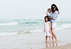 Мать с 2 дочерьми стоковые изображения rf