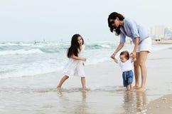 Мать с 2 дочерьми стоковые фотографии rf