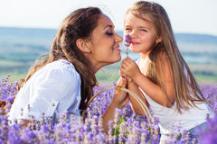Мать с дочерью в лаванде Стоковое Фото