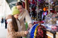 Мать с дочерью в рождественской ярмарке Стоковое фото RF