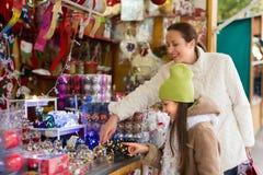Мать с дочерью в рождественской ярмарке Стоковые Изображения RF
