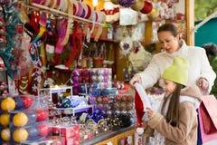 Мать с дочерью в рождественской ярмарке Стоковое Изображение