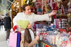 Мать с дочерью в рождественской ярмарке Стоковые Изображения