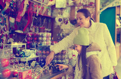 Мать с дочерью в рождественской ярмарке Стоковые Фотографии RF