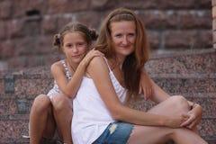 Мать с дочерью напольной Стоковые Фото