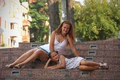 Мать с дочерью напольной Стоковые Изображения