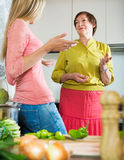 Мать с дочерью на кухне Стоковое Изображение RF