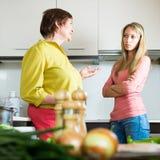 Мать с дочерью на кухне Стоковые Изображения RF
