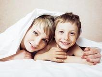 Мать с дочерью совместно в кровати усмехаясь, счастливый конец семьи вверх, концепция людей образа жизни, холодная реальная совре Стоковая Фотография