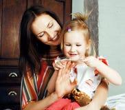 Мать с дочерью совместно в кровати усмехаясь, счастливый конец семьи вверх, концепция людей образа жизни, холодная реальная совре Стоковое фото RF