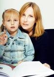 Мать с дочерью совместно в кровати усмехаясь, счастливый конец семьи вверх, концепция людей образа жизни, холодная реальная совре Стоковое Изображение RF