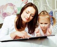 Мать с дочерью совместно в кровати усмехаясь, счастливый конец семьи вверх, концепция людей образа жизни, холодная реальная совре Стоковое Фото