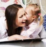 Мать с дочерью совместно в кровати усмехаясь, счастливый конец семьи вверх, концепция людей образа жизни, холодная реальная совре Стоковое Изображение