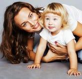Мать с дочерью совместно в кровати усмехаясь, счастливый конец семьи вверх, концепция людей образа жизни, холодная реальная совре Стоковые Изображения RF