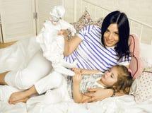 Мать с дочерью совместно в кровати усмехаясь, счастливый конец семьи вверх, концепция людей образа жизни, холодная реальная совре Стоковые Фото