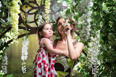 Мать с дочью Зеленый флористический сад Стоковые Изображения RF