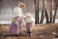 Мать с парком дочери весной стоковые фотографии rf