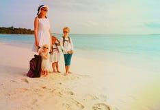 Мать с перемещением детей на тропическом пляже Стоковое фото RF