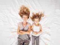 Мать с ребенком в спальне Стоковое фото RF