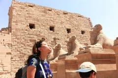 Мать с ребенком на виске - Египте стоковое фото