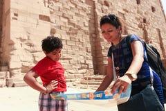 Мать с ребенком на виске - Египте стоковые фотографии rf