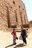Мать с ребенком на виске - Египте стоковые изображения rf